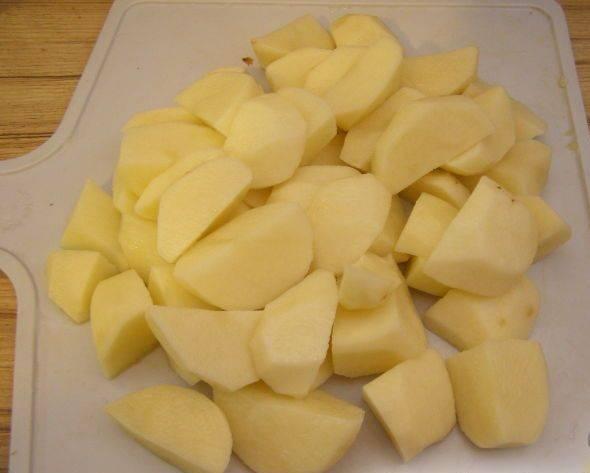 4. Тем временем почистите и нарежьте картофель.