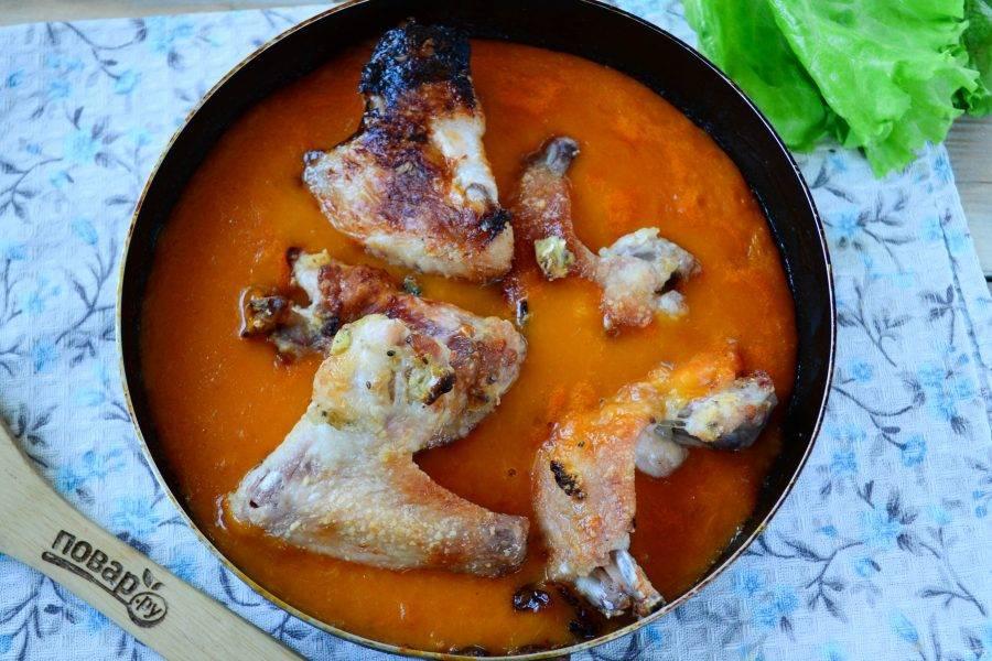 Запеченные куриные ножки и крылышки переложите в сковороду, перемешайте и еще немного подержите на огне.