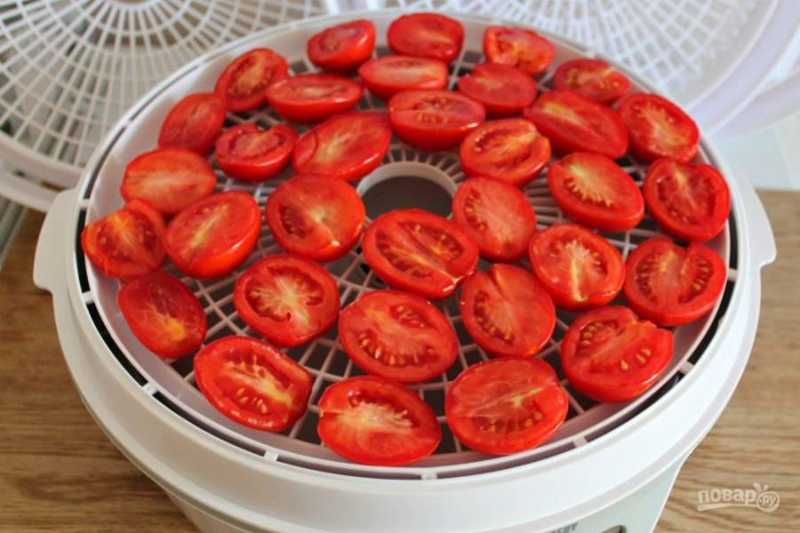 Кладем помидоры на решетку сушилки.  Готовим при температуре 55 градусов около 15 часов.