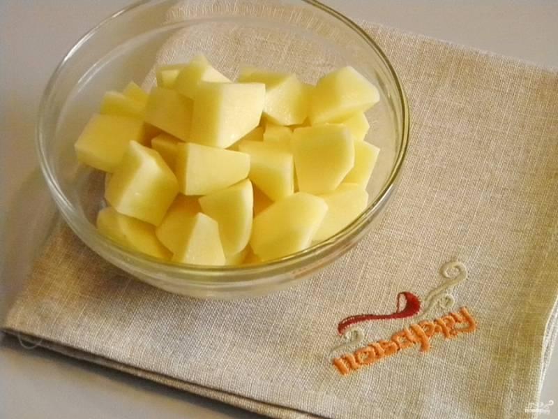 5. Очистите картофель, порежьте его кусочками любого размера.