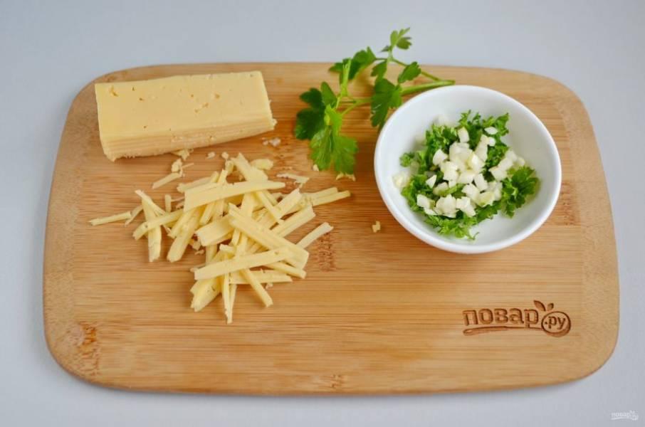Для подачи супа нужно порубить мелко чеснок и петрушку, натереть сыр.