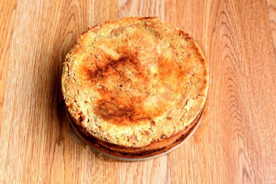 Выпекайте пирог в прогретой до 200 градусов духовке 20 минут, затем убавьте температуру до 170 градусов и накройте пирог фольгой. Пеките около часа. Снимите фольгу, при необходимости, подрумяньте верх пирога под грилем.