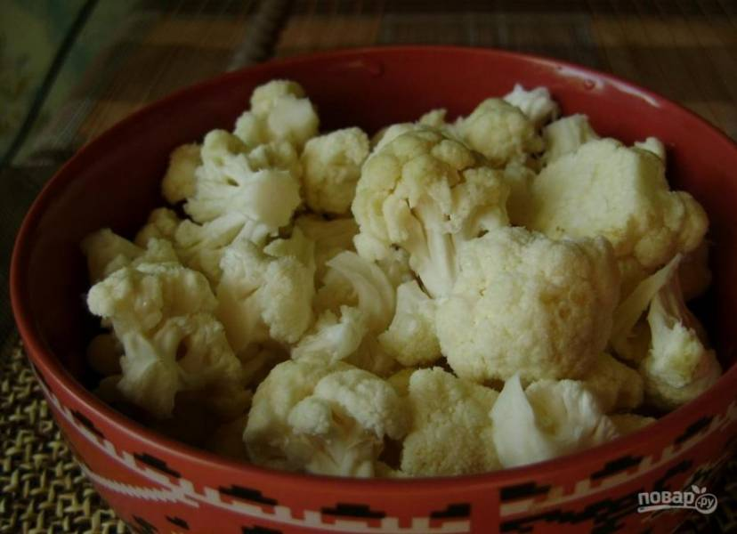 3. На этом бульоне мы будем готовить наш суп. Пока грибы остывают, разделите цветную капусту на соцветия и отправьте ее в кипящий грибной бульон. Посолите бульон и добавьте специи по вкусу.