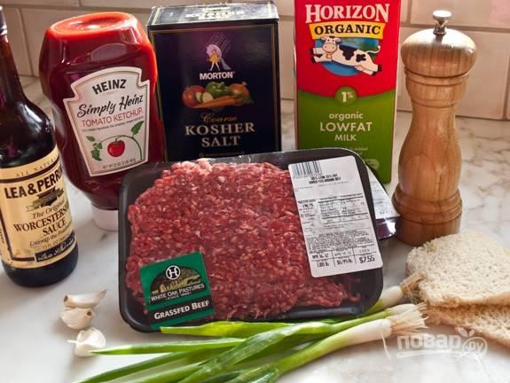 Размочите хлеб в молоке. Добавьте к нему соль, перец, соус, измельчённый чеснок и кетчуп.
