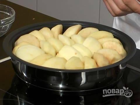 Когда карамельный соус будет готов, влейте его в противень, выложите яблоки сверху.