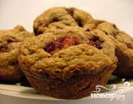 7.Вытяните готовые кексы из духовки, дайте им немного остыть, вытяните из формочек. Подавайте с молоком или любым другим напитком.