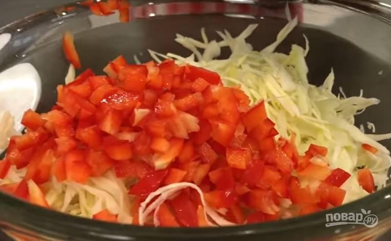 6.Картошку очистите и нарежьте кубиками. Капусту помойте и нашинкуйте, а перец нарежьте небольшими кусочками.