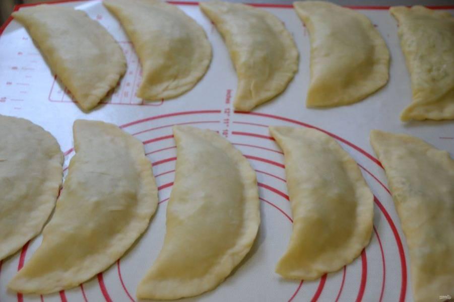 Чтобы тесто не пирожках не подсыхало, пока жарите, можно прикрыть пленкой.