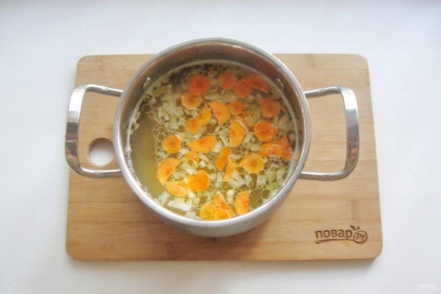 Затем выложите лук с морковью в кастрюлю.