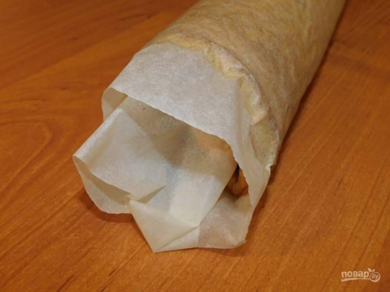 Готовый бисквит скрутите в рулет вместе с бумагой и дайте остыть.