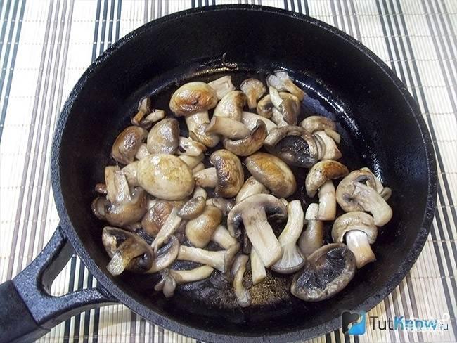 Вешенки и шампиньоны промойте и почистите. Если грибы крупные, их можно разрезать на несколько частей. Обжарьте грибы на растительном масле в отдельной сковороде до золотистого цвета.