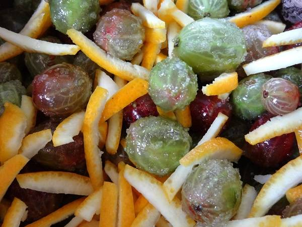 5. Следующим этапом соединить крыжовник, апельсин и сахар. Встряхнуть и оставить на пару часов, чтобы ягоды пустили сок и пропитались ароматами.