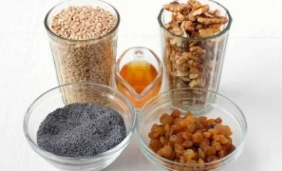 1. Для приготовления кутьи вам понадобится пшеница, мак, изюм, грецкие орехи и мед.