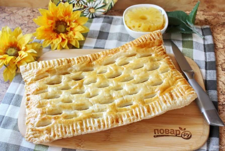 Пирог с курицей и ананасами готов.