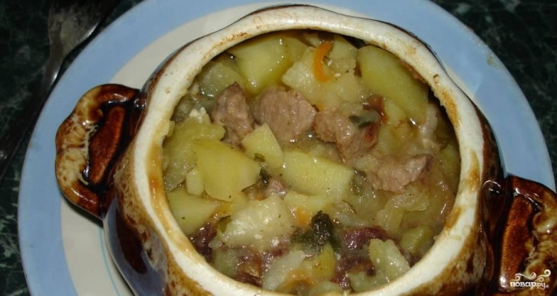 11. Подготовленное таким образом блюдо запекайте в горячей духовке (210 градусов) на протяжение полутора часов. Готовый картофель с черносливом подавайте в горшочках, поставив на порционную тарелку.