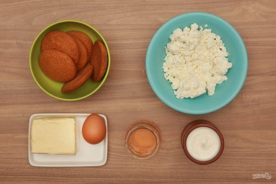 1. Из этих доступных и недорогих ингредиентов у нас получится вкусный и простой десерт. За основу можно взять не только овсяное, но и любое другое печенье.
