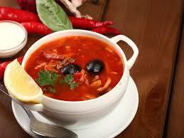 Теперь добавляем перловку и овощи в кастрюлю с бульоном и мясом. Добавляем маслины, подаем солянку к столу.