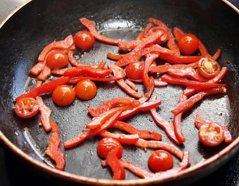 Далее — перец с помидорами.