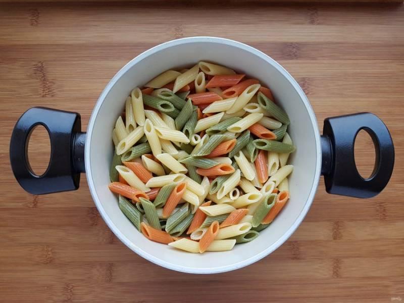 Пока готовится соус, отварите макароны в кипящей подсоленной воде, на две минуты меньше, чем указано на упаковке. В готовые макароны добавьте оливковое масло и перемешайте.