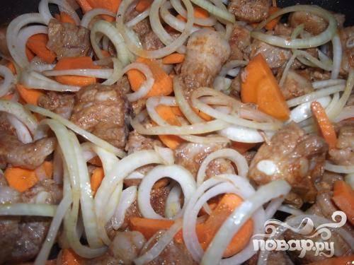3.Когда выпарится весь мясной сок, на скороду добавляем овощи (предварительно очищенные и нарезанные лук и морковь). Тушим до готовности с накрытой крышкой. Минут за 15-20 до полной готовности к овощам и мясу добавим томатный соус.