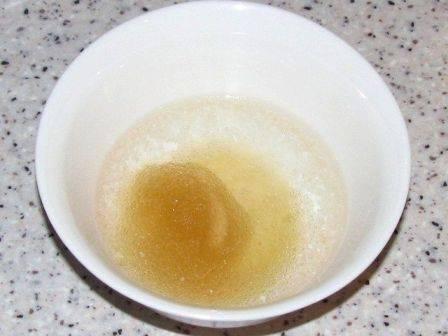 Первым делом замочим желатин в холодной кипяченой воде.