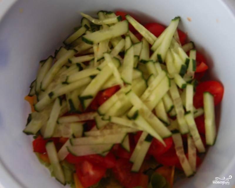 Все овощи нарежьте небольшими кусочками. Обычно я режу помидоры черри четвертинками, а огурец — мелкой соломкой. Салатные листья порвите руками на небольшие кусочки. Перемешайте овощи и добавьте к ним немного лимонного сока.