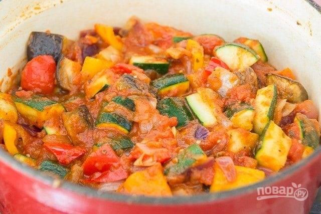 6. Также добавьте помидоры и измельчённый базилик. Ингредиенты перемешайте.
