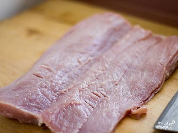 1. Первым делом включите духовку и оставьте ее разогреваться до 170 градусов. Мясо вымойте, обсушите и, разрезая острым ножом, разверните.