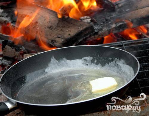 1.В большой сковородке расплавьте сливочное масло, всыпьте в него сахар и перемешайте. Доведите до однородности, не снимая с огня. Добавьте уксус, и еще раз доведите сироп до кипения.