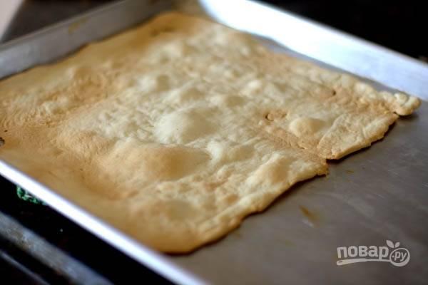 6.Готовые коржи получаются тонкими, переложите их на тарелку. Испеките обрезки, из них получится крошка для украшения торта.