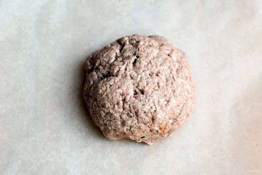 В фарш добавьте панировочные сухари и яйцо, посыпьте солью, перцем и мускатным орехом по вкусу. Добавьте  паприку, томатную пасту и хорошо вымешайте. Отбейте фарш несколько раз до уплотнения.