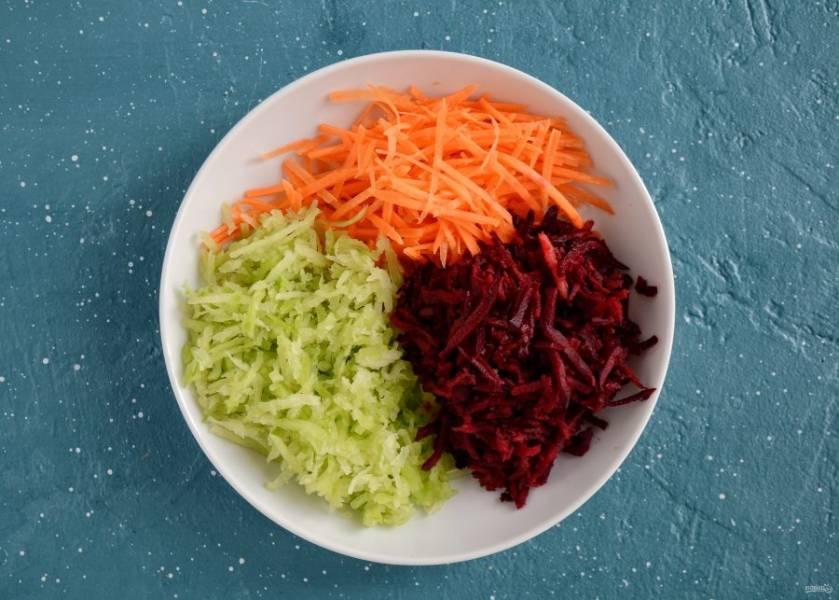 Натрите на корейской терке редьку, свеклу и морковь.