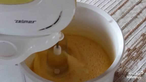 3. Растопите сливочное масло, остудите немного и введите к яйцам, продолжая взбивать.