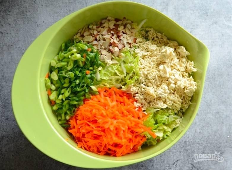 Теперь вымоем и очистим все овощи, миндаль порубим, овощи измельчим (морковь удобно натереть). Я стараюсь делать мелкие кусочки, чтоб они лучше пропитались заправкой. Складываем овощи и лапшу в миску.