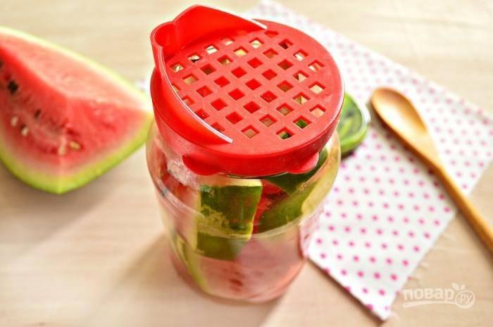 8. После аккуратно слейте воду и снова залейте кипятком. Еще через 10 минут слейте воду и доведите ее до кипения, добавив соль и сахар. В конце влейте уксус.