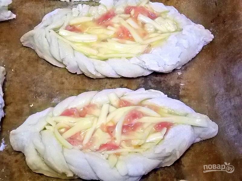 Натрите сыр на терке, добавьте мелко нарезанную колбасу и сырое яйцо. Перемешайте и выложите начинку в серединку заготовок. Накройте пирожки полотенцем и поставьте в теплое место для подъема.