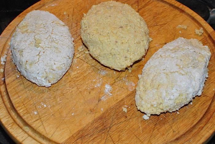 Отожмите через полотенце оставшуюся жидкость, добавьте специи по вкусу, яйцо, перемешайте и вылепите котлеты. Разогрейте на сковороде растительное масло и выложите котлеты.