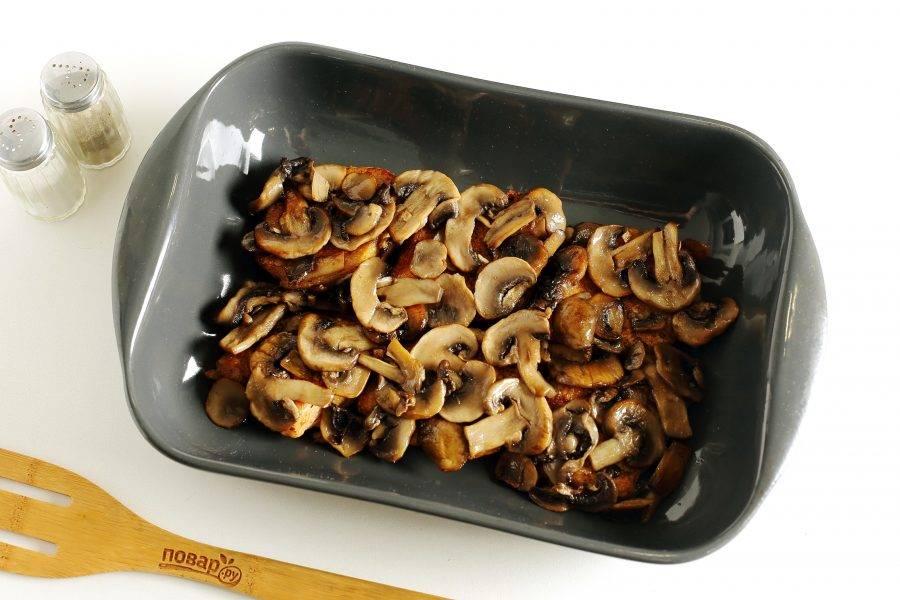 Сверху распределите грибы.