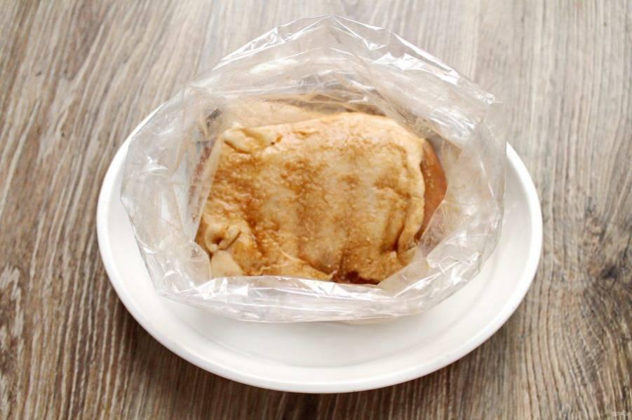 Переложите мясо в рукав для запекания целой стороной вверх. Завяжите края и сделайте несколько проколов, чтобы мог выходить пар. В форму для запекания налейте немного воды и уложите в него мясо в рукаве.