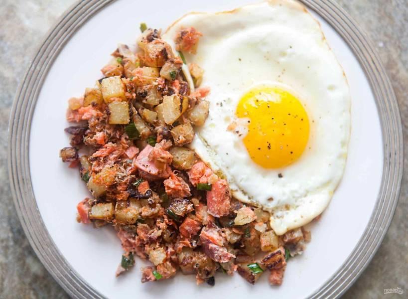 Картофель с копченым лососем на сковороде