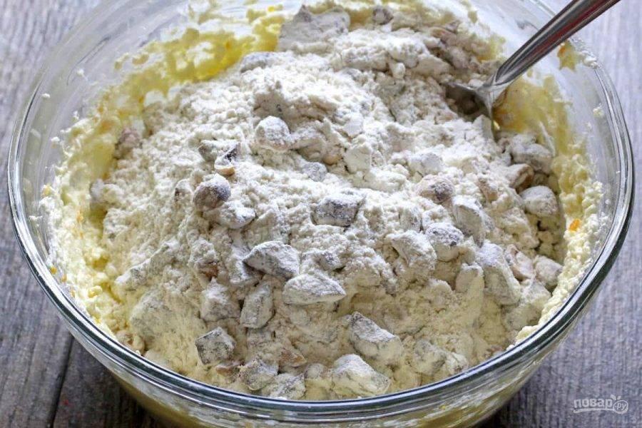 10.Добавьте в миску к маслу орехи с инжиром и всю мучную смесь.