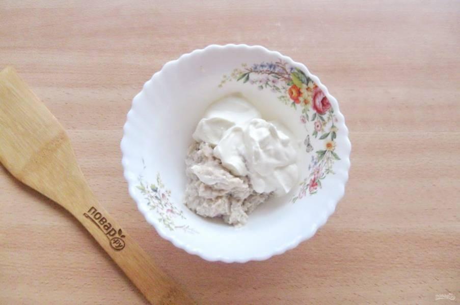 После отправьте смесь сельди и лука в мисочку. Добавьте сметану.