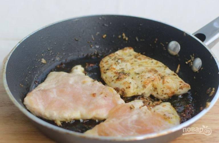 Переложите морковь из сковороды в другую посуду. Затем выложите в нее куриные отбивные и обжаривайте по несколько минут с каждой стороны. Подавайте блюдо горячим.