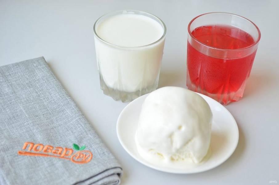 1. Заранее приготовьте фруктовое желе, можно взять один цвет или несколько, как нравится. Хорошо охладите молоко, мороженое должно быть только из морозилки.