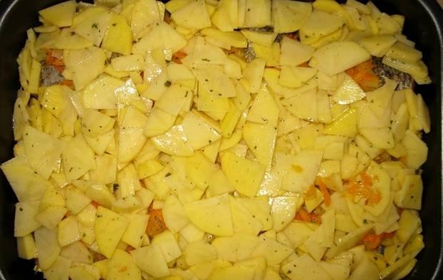 Поверх всего кладем нарезанный картофель.