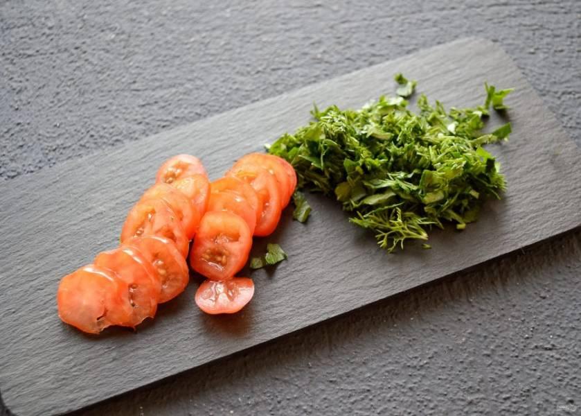 Зелень мелко порубите, помидоры нарежьте тонкими кружочками. Украсьте ими тарелку с гаспачо.