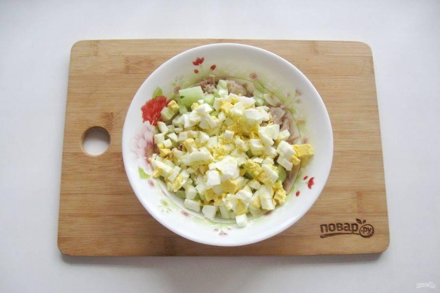 Куриные яйца сварите вкрутую, охладите, очистите. Мелко нарежьте и добавьте в салат.