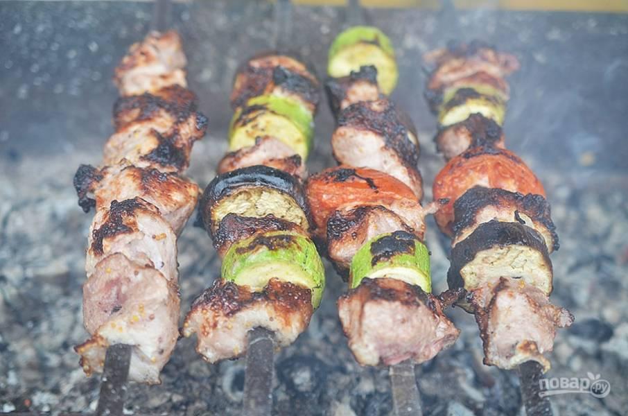 5. Нанизывайте на шампура мясо, чередуя с овощами, и жарьте на углях.