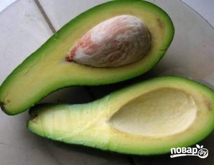 Ставим отвариваться куриную грудку до готовности. Разрезаем авокадо пополам, удаляем косточку и аккуратно вынимаем мякоть. Очень удобно это делать ложкой.