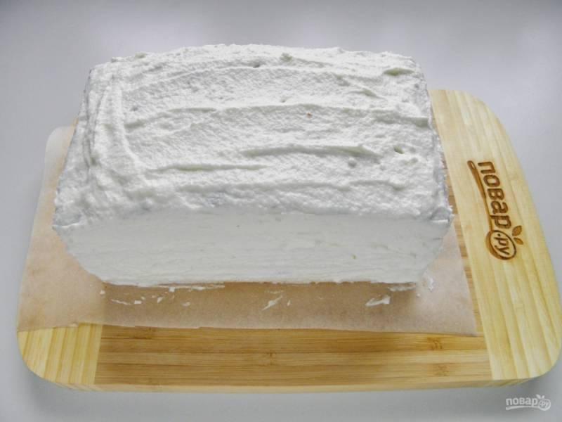 Каждый корж смажьте кремом. Соберите тортик. Верх и бока тоже тщательно промажьте кремом.